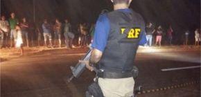 Carreta tomba e populares entram em confronto com a polícia para saquear carne