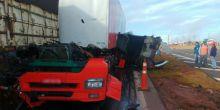 Motorista sai ileso após acidente arrancar cabine de caminhão em rodovia de SP